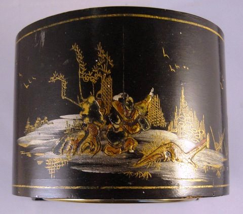 Small mantel clock in decorated chinoiserie case - top